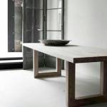 tafel strak in mooi hout uitgevoerd